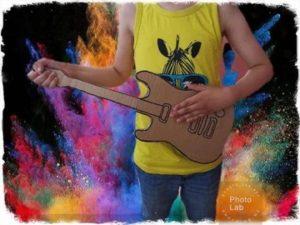Rocka loss med en gitarr av kartong
